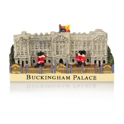 Buckingham Palace Facade resin fridge magnet  featuring guardsmen marching in fornt of the palace figure and the words Buckingham Palace written on the lower part of the magnet.