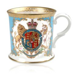 Royal coat of arms fine bone china tankard featuring a lion and unicorn royal crest surrounded by ornated gold patterns and flower patterns on a light blue coloured background. Gold plated with the words Buckingham Palace, Windsor Castle and Palace of Hol