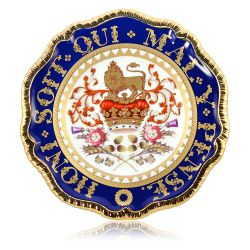 Special edition Honi Soit Qui Mal Y Pense English fine bone china plate with a design featuring a crown surmounted by the heraldic lion as a symbol of the English kingdom and the national flowers. The border of this plate has the moto Honi Soit Qui Mal Y