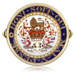 Special edition Honi Soit Qui Mal Y Pense English fine bone china lion head footed bowl with a design featuring a crown surmounted by a heraldic lion as a symbol of the English kingdom and national flowers. The moto Honi Soit Qui Mal Y Pense encicles the