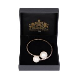 Bracelet made of small crystals and bookended with faux pearls