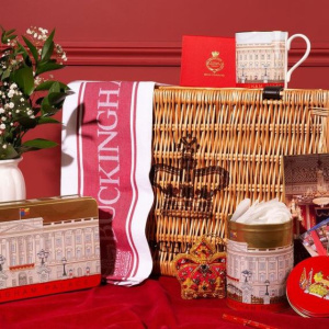 New online exclusive: packed full of treats and decorative keepsakes in opulent gold and red tones, our Buckingham Palace Hamper now features the Buckingham Palace Red Waffle Tea Towel and Postcard Pack, alongside homeware favourites paying homage to the iconic Palace façade.