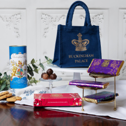 Need to send a little something to someone special? Put a smile on their face with our new Royal Gift Bags, filled with sweet treats and homeware favourites in their very own Buckingham Palace tote.